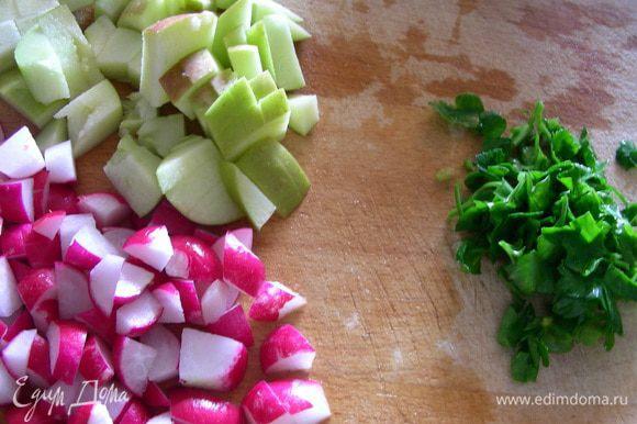 Редис, лук и яблоко режем небольшими кубиками. Петрушку рубим.