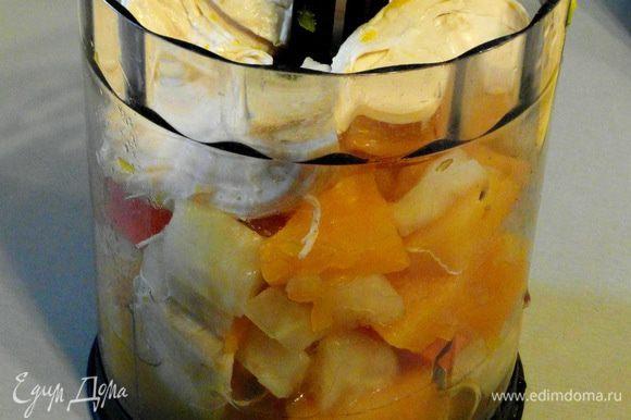 Измельчить овощи и курицу в блендере с добавлением небольшого количества бульона.Пассированные лук и морковь тоже измельчить.