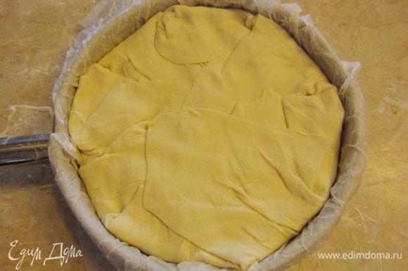 Смажьте сверху пирог смесью желтка с водой. Воспользуйтесь для этого кисточкой.
