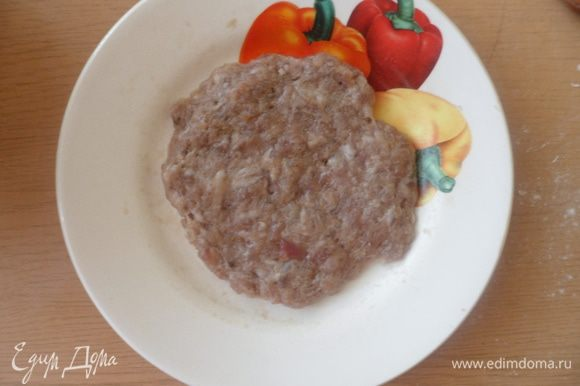 Начинаем лепить колобки из мяса: берем небольшой кусочек фарша и делаем из него лепешку.