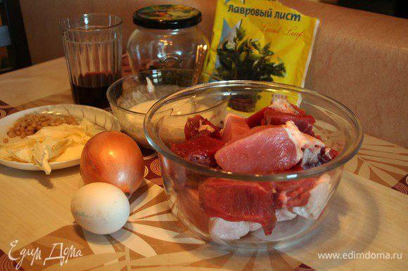 Из мяса, сл. масла и кедровых орешков делаем фарш.(если не хотите добалять сливочное масло, то настоятельно рекомендую добавить пару кубиков измельченного льда, это придаст котлетам сочности) Солим, перчим. Лук отвариваем на пару и режем кольцами.