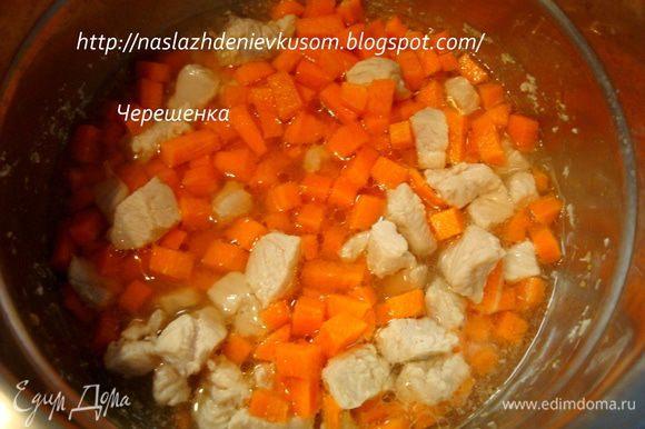 После того, как курочка потушилась, добавляем к ней морковь… Снова доводим до кипения и постоянно помешивая, на сильном огне, при открытой крышке, тушим, пока вода полностью не испарится (минуты 3-4), теперь добавляем растительное масло, перемешиваем и наливаем 3-4 ст.ложки воды… И хотя морковь мы не пассируем, а тушим, при взаимодействии с растительным маслом она отдаст нам свой красивый цвет и рагу получится насыщенным и радостным;))) Доводим до кипения, закрываем крышечкой, ставим на самый маленький огонь и тушим 5 минут…