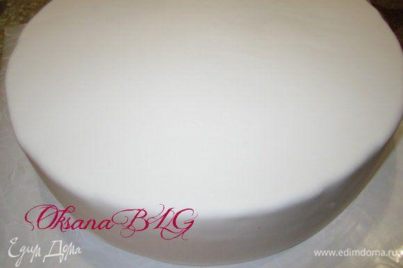 Каждый ярус покрыть масляным кремом, выровнять, покрыть мастикой.