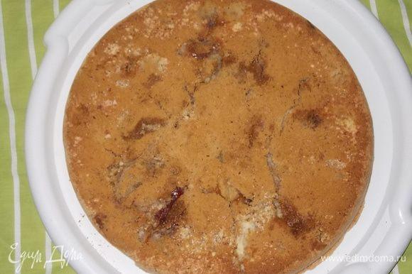 готовый пирог перевернуть на блюдо,дать остыть.