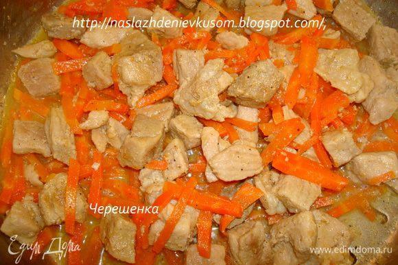 После того, как свининка потушилась, желательно чтобы вся вода выкипела, добавляем оставшееся растительное масло, морковь и мелко порезанный лук, пассируем минут 5 на маленьком огне, периодически помешивая… Перчим…
