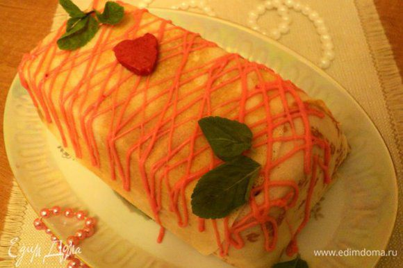 Вынуть террин из формы, перевернув на блюдо. Украсить по своему желанию. Я украсила сеточкой из растопленного белого шоколада со сливками и крупинкой пищевого красителя ( можно просто белым или черным шоколадом), сердечком из ягодного желе и листиками мяты.