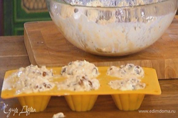 Разложить тесто в формы для маффинов и отправить в разогретую духовку на 20 минут.