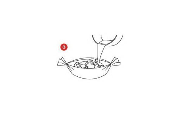 Нагреть оливковое масло и жидкость от вяленых помидоров в сковороде, вмешать сахар, подрумянить чеснок и лук-шалот. Добавить помидоры и изюм, приправить солью и перцем по вкусу и немного подержать на медленном огне.