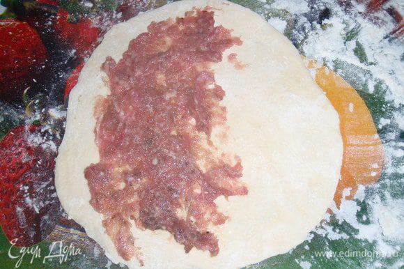 раскачиваем тесто тонким слоем но не слишком и мажем фаршем. Чтобы начинка была сочной можно сверху положить кусочек масла.