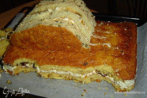 Полукруглую часть торта уменьшаем до такой степени, чтобы она смогла служить кабиной, и устанавливаем ее на основание из прямоугольных коржей.