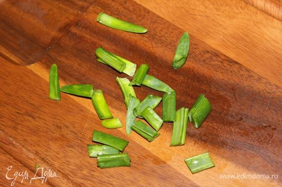 Зеленый лук нарезать. Подготовленные ингредиенты перемешайте. Полейте оливковым маслом, смешанным с горчицей. Сбрызнете оставшимся лимонным соком, посолите и перемешайте.