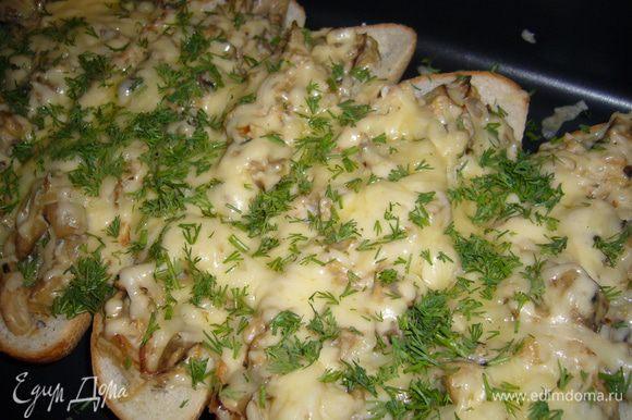 Соус: лук порезать и обжарить на растительном масле до золотистого цвета, затем добавить чеснок измельченный, сливки и муку, все перемешать. Грибы обжарить на растительном масле и соединить с соусом. Булочки разрезать вдоль и вытащить мякиш. В булочку положить кусочек сливочного масла и заложить ее грибами, затем посыпать сверху сыром и в духовку на 5-7 минут. Вытащить из духовки посыпать зеленью. Приятного аппетита!