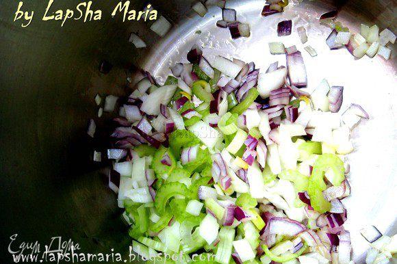 На оливковом масле в кастрюльке для супа обжарим репчатый лук, красный лук и сельдерей до прозрачности. (около 5 минут)