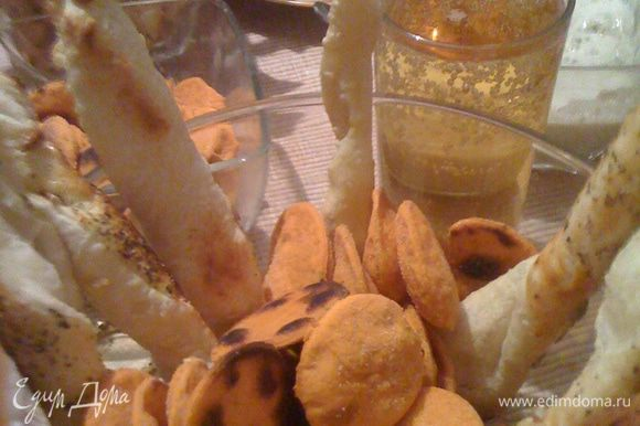 Готовим томатно-базиликовый крекер: просеять муку, добавить масло, сделать крошку. Добавить базилик, томатную пасту и перец и достаточно воды, чтобы замесить тугое тесто, вымесить тесто, накрыть и поставить в холодильник на 30 минут. Разогреть духовку до 180°С. Раскатать тесто приблизительно до толщины 4 мм и вырезать произвольно печенье (можно квадраты, а можно как у меня кружочки). Разместить на противне, предварительно смазанном.Смазать желтком, посыпать солью и выпекать 15-20 минут до золотистого цвета.