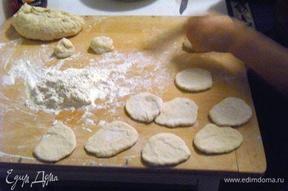 После этого раскатываем тесто на плоские кружочки.