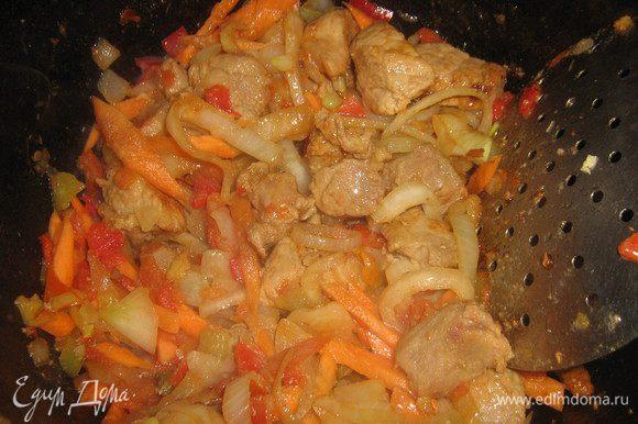 Как только это произошло добавить нарезанный полукольцами лук, измельчённый имбирный корень, жарить минут 5 помешивая, добавить очищенную и нарезанную соломкой морковь, еще жарить минут 6-7 помешивая.