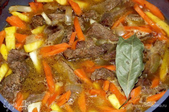 После чего солим мясо,добавляем пряности,заливаем кипятком и тушим под крышкой до готовности.Примерно час-полтора.