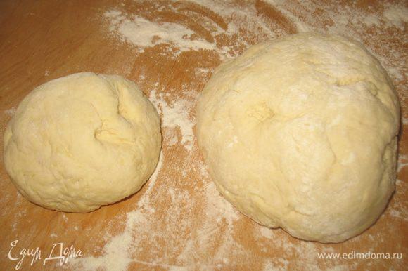 Минут через 40 разделить тесто на 2 неравные части - больше и меньше.