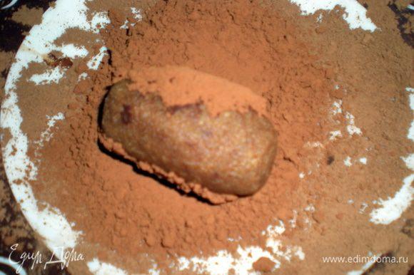 В тарелку насыпать какао и горячую картошку обвалять в порошке.