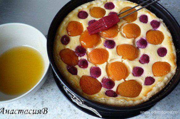 Вскипятить абрикосовое варенье и воду. Если есть кусочки абрикосов, то пропустить через сито, и намазать на пирог.
