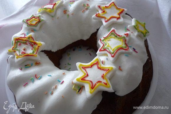 Разместить звёздочки на глазури. Звёздочки мы разрисовали сахарными карандашиками. Посыпать кекс разноцветной посыпкой.