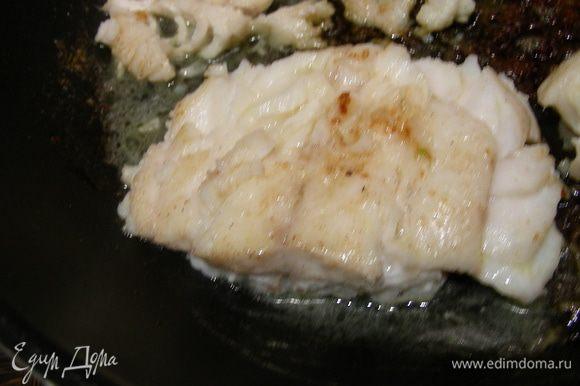 Рыбу нарезаем средними кусочками. В сковороде растапливаем сливочное масло с добавлением 4х специй и обжариваем на нем нашу рыбку до золотистого цвета по несколько минут с каждой стороны, солим, перчим по вкусу.