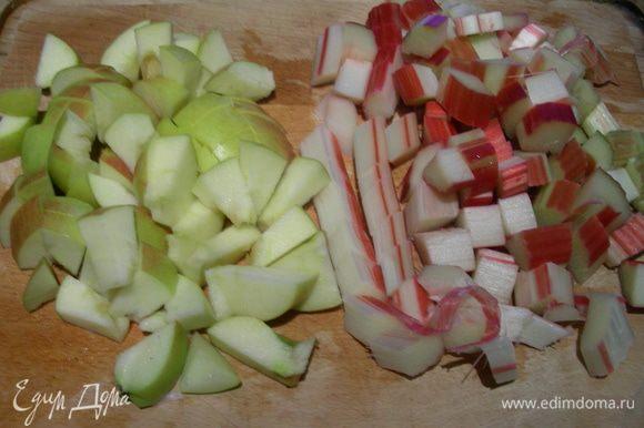 Ревень и яблоки режем средними кубиками.