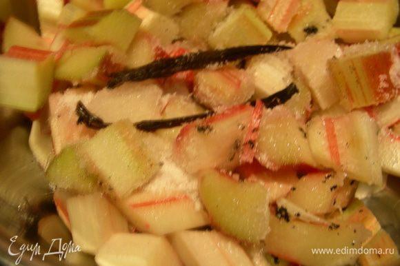 Берем кастрюльку, кладем в нее ревень, добавляем 50 г сахара и 1/2 ванильной палочки (разрезаем ее пополам, выскабливаем семена, все добавляем к ревеню) и готовим под крышкой на небольшом огне минут 5 до мягкости ревеня.