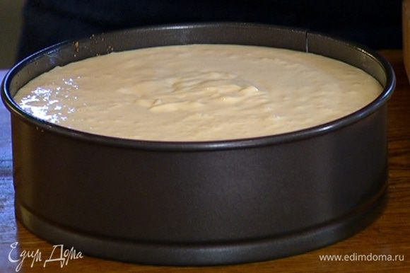 Понизить температуру в духовке до 120°С и запекать чизкейк час-полтора.