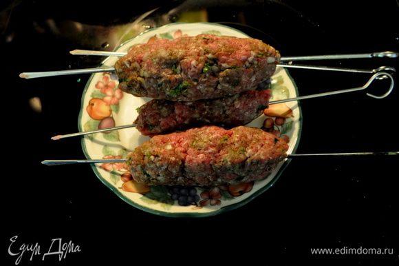 Вымыть хорошо руки и необсушивая перемешанный фарш сформировать в виде толстых колбасок на небольших шампурах/всего будет 4 порции шампура/
