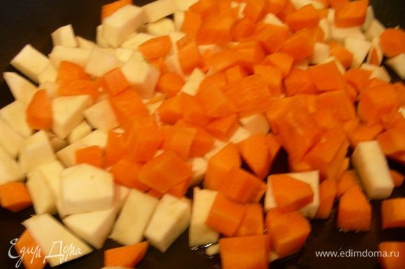 В это время готовим овощную зажарку. Морковь и сельдерей режем соломкой или кубиком, как я. Разогреваем оливковое масло и обжариваем наши овощи, в рецепте было написано до полуготовности. Я обжаривала минут 5-7.