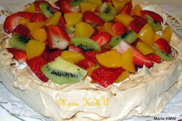 Режем фрукты и ягоды на кусочки, украшаем торт-безе!