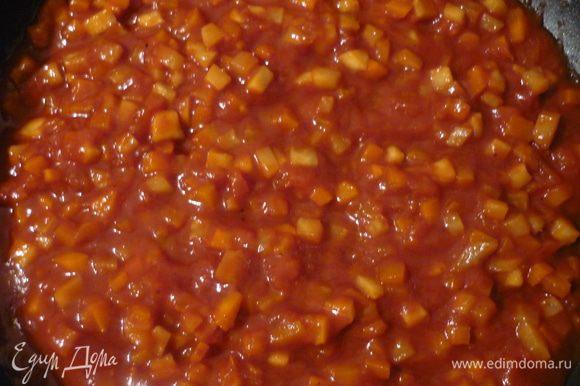 Добавить томатную пасту, развести водой до желаемой густоты, приправить солью, перцем. Потушить 15-20 минут.