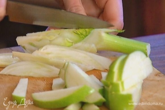 Яблоко, удалив сердцевину, нарезать длинными брусками.