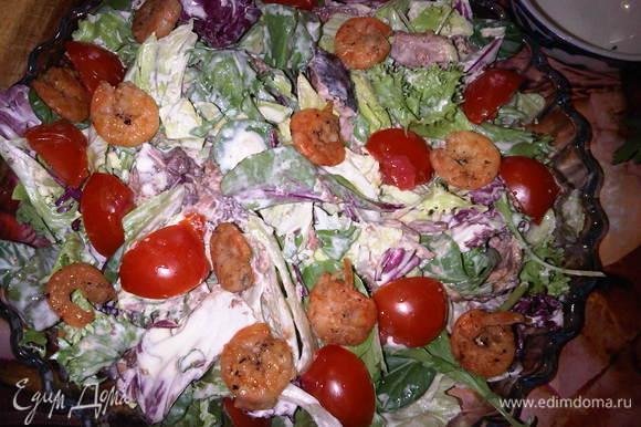 сверху выкладываем помидоры, креветки и посыпаем тертым сыром.