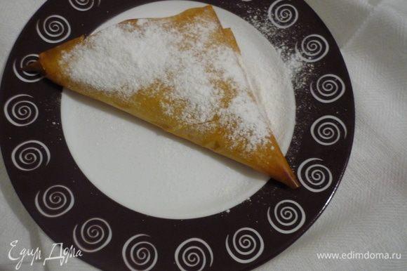 Готовые слойки можно посыпать сахарной пудрой. Всё очень просто и вкусно!