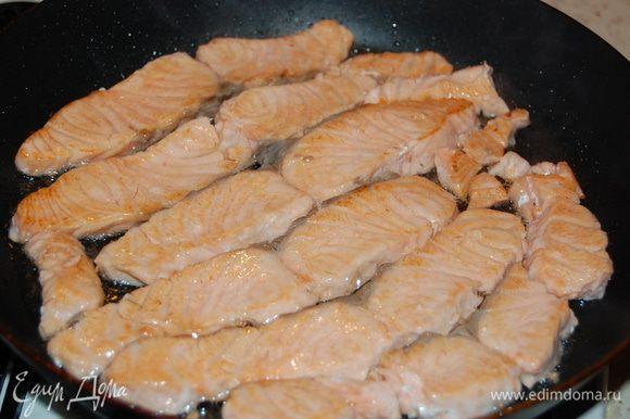 Обжарить рыбу на скороводке по несколько минут с каждой стороны.