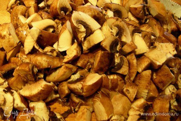 Затем добавляем грибы и готовим еще минут 10. Помешиваем, чтобы не пригорело.