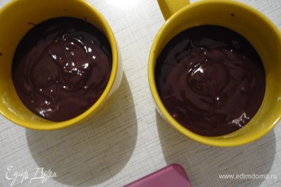 Две чашки смазать сливочным маслом, выложить тесто.