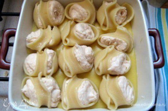 Нафаршировать лумакони с помощью кондитеского мешка начинкой и разместить их в форму на соус.