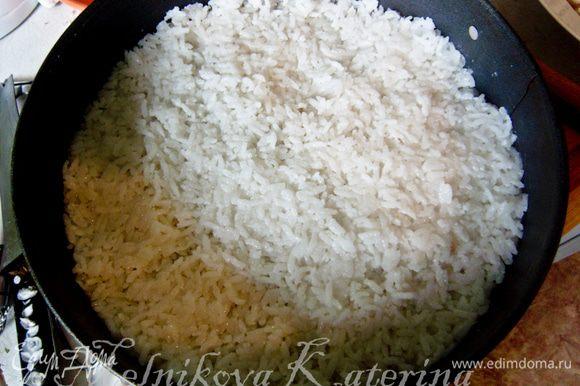 Выложить в форму для запекания слой риса, разровнять.