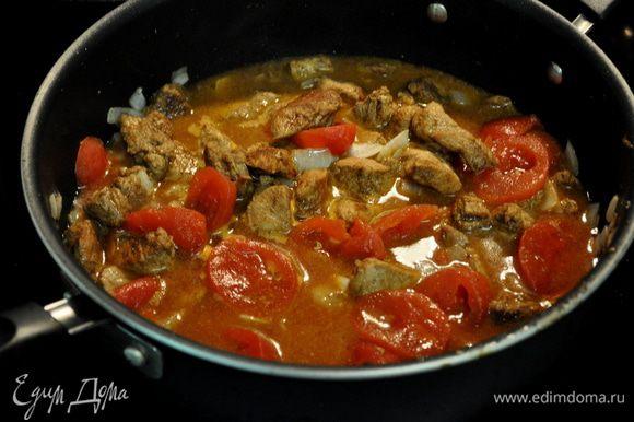 Вернем сковороду на плиту,уменьшим огонь,добавим олив.масло и выложим порезанную луковицу,которую жарим примерно 5мин.Выкладаем поверх с тарелки свинину и добавляем оставшуюся 1стол.л паприки, перемешаем,добавляем томатов в соку,1/2 стак.воды.Готовим до кипения.Сбавляем огонь и тушим примерно еще несколько минут, вилкой разламываем томаты.