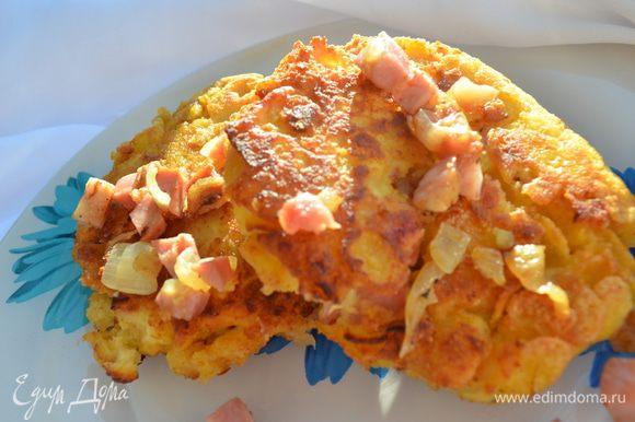Приготовление: Лук и мясо мелко порезать и обжарить на сковороде. Картофельное пюре соединить с обоими видами муки и яйцом, тщательно перемешать. Сформировать « пирожки» из картофельного пюре с мясной начинкой и запанировать в смеси панировочных сухарей и кукурузных хлопьев. Обжарить на оливковом масле. МИР ВАМ!