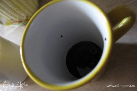 В чашку кладем разведенный шоколад.