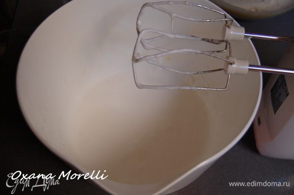 В отдельной посуде взбить сливки.