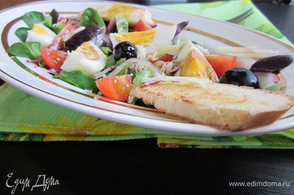 Салат вымыть, высушить и выложить на тарелку. Помидоры черри разрезать на четвертинки и разложить на листья салата. Также поступаем и с яйцом, разрезать на четвертинки и выложить на тарелку с салатам. Добавляем маслины, базилик и красный лук, нарезанный очень тонко. Добавляем немного пармезана. Если есть необходимость, посолить и поперчить. Готовый салат сбрызнуть бальзамическим уксусом и полить хорошим оливковым маслом. Два кусочка багета подсушить и положить на тарелку с салатом. Можно наслаждаться легким ужином. Приятного аппетита!