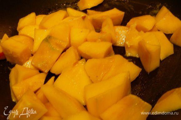 Манго режем средними кусочками. Разогреваем сливочное масло, добавляем манго и коричневый сахар и карамелизируем минут 5.