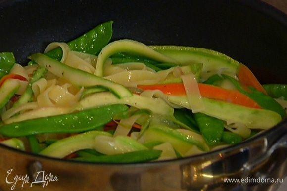 Готовые макароны с овощами присыпать сыром и перемешать.