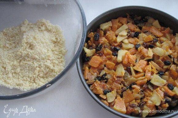 форму для выпечки смазать маслом и на дно выложить фруктовую массу, а сверху тесто слоем, разровнять по окружности