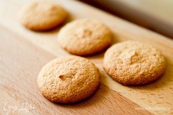 Дать остыть бисквиту, не доставая его из духовки.